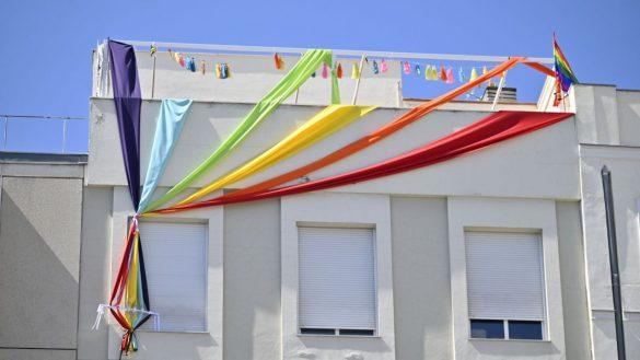 Voluntarios por la villa de Madrid desplegarán una bandera arcoíris gigante en Gran Vía